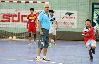 Brazilian futsal coach shares passion for training young Vietnam