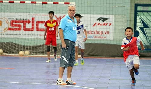 Brazilian futsal coach shares passion for training young Vietnam